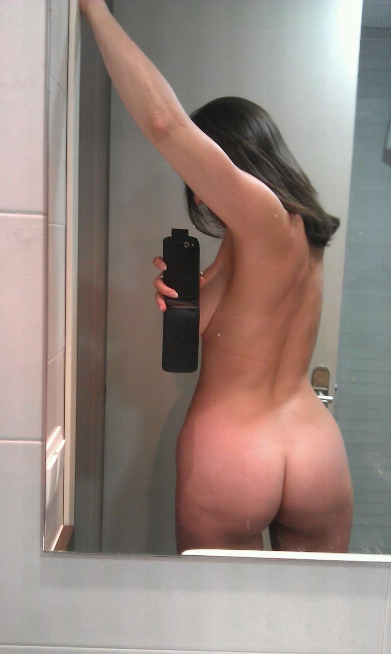 une fille qui se montre nue part la cam 18