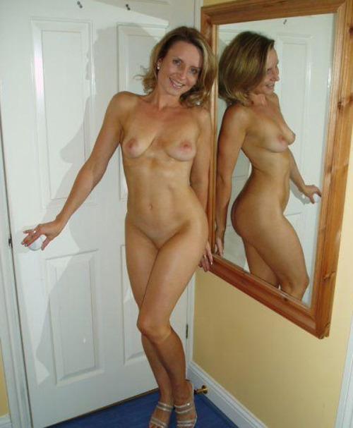 une fille qui se montre nue part la cam 26