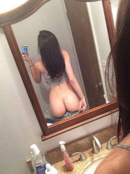 une fille qui se montre nue part la cam 28